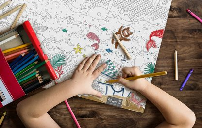 enfant qui dessine le coloriage géant Cat Lovers
